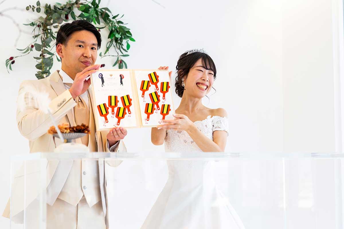 卒花レポート202104O様_結婚証明書を掲げる新郎新婦1200