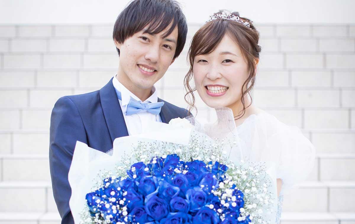 卒花婿レポート202106K様_サプライズ花束を持った笑顔の新郎新婦