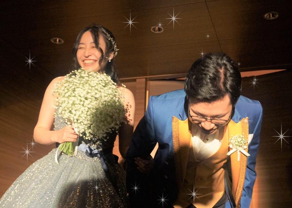 ひときわ大きな祝福の拍手に包まれたお二人の退場のシーン、最高の笑顔