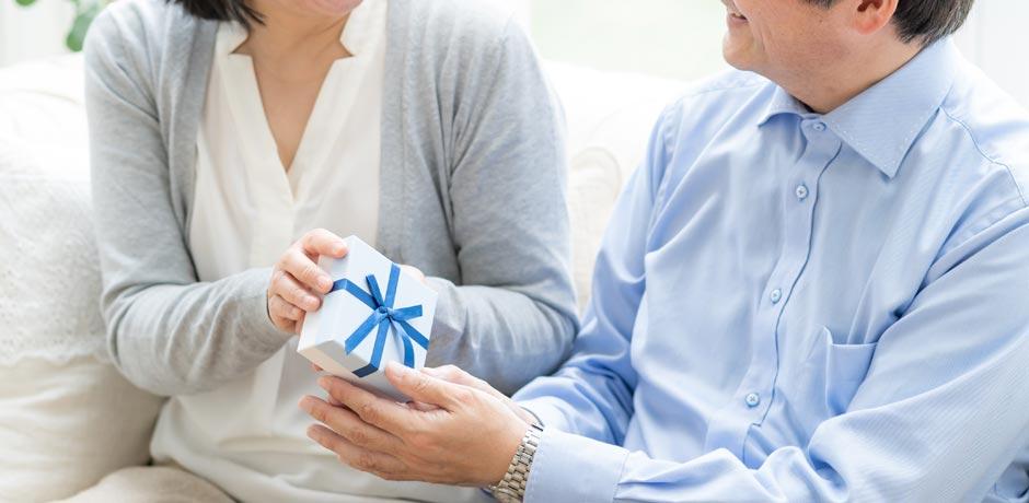 成人の日に子供からの逆プレゼントに感動する両親