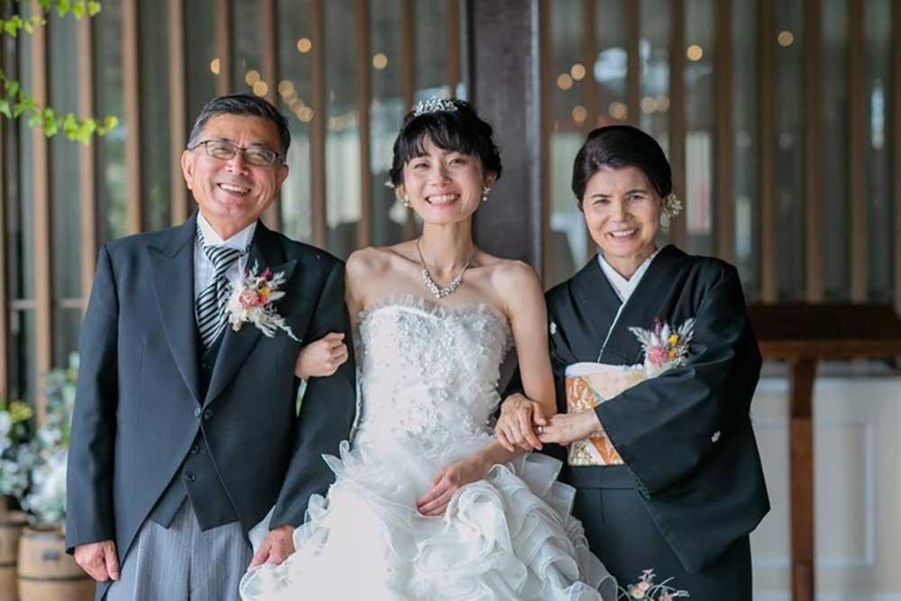 両親に感謝を伝える日に、との想いで家族婚を挙げた素敵な卒花さん