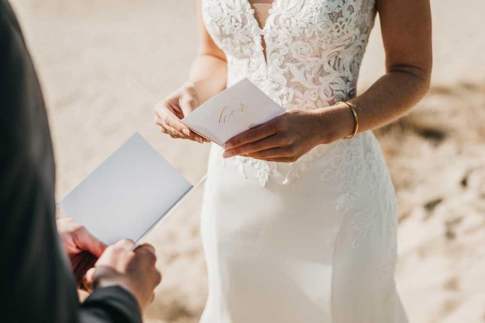 Wedding vow bookを読み合う新郎新婦