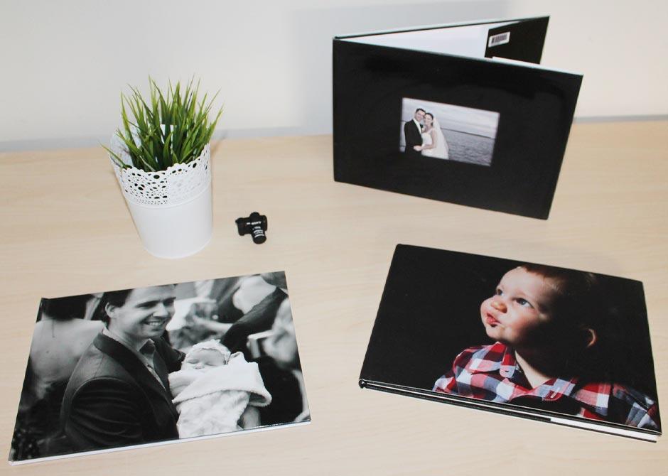 黒がベースのフレームに入っている親子・子供・夫婦の写真