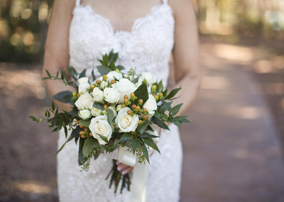 白いブーケを持ったウエディングドレスを着た花嫁の写真