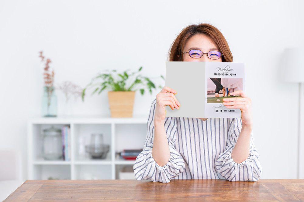 プロフィールブックを見る女性