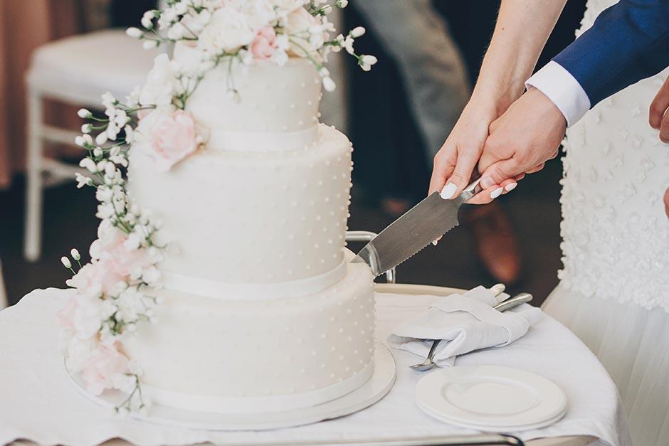 家族婚での演出であるケーキカットにて新郎新婦がナイフを持っている