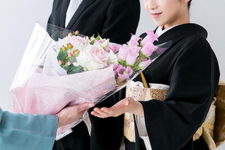家族婚での演出として両親への花束贈呈のシーン