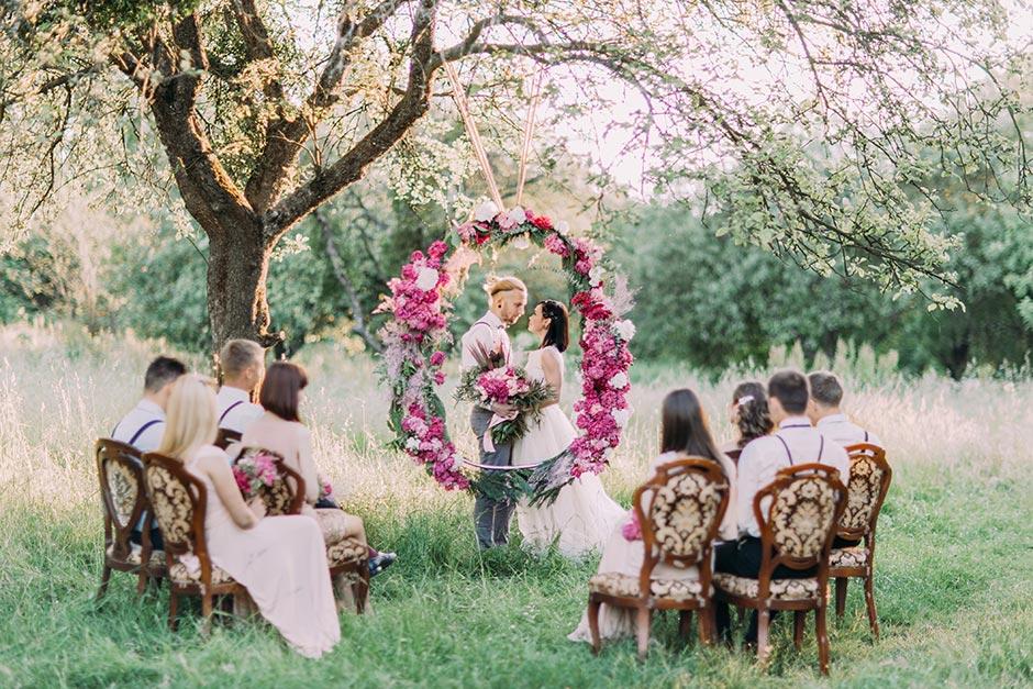 家族婚、少人数婚でガーデン挙式をする新郎新婦