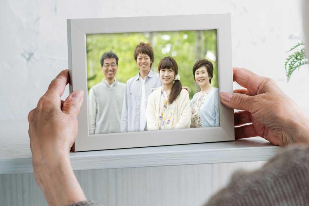 家族写真を入れたフォトフレームを飾る