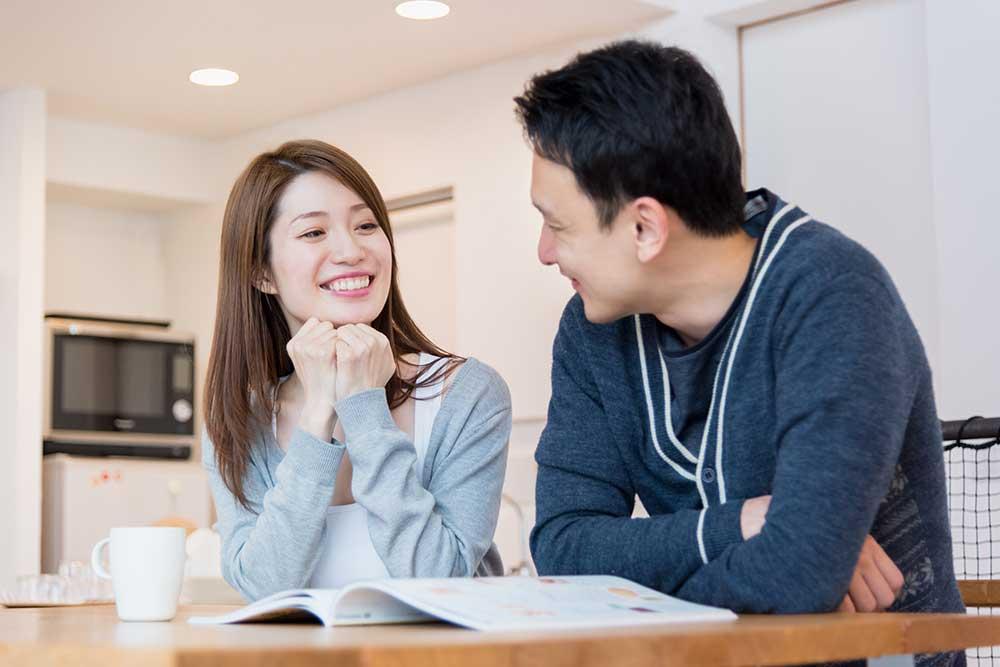 笑顔で会話をしている男女のカップル