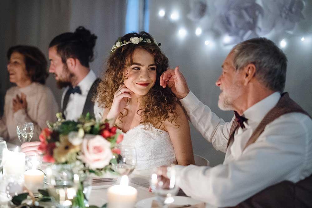 家族だけの結婚式で楽しそうに話しをする親子