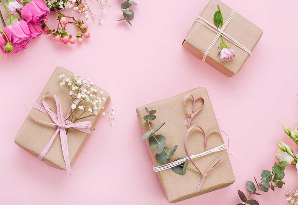 お花やグリーンなどを使ってオシャレにラッピングしたギフトボックス