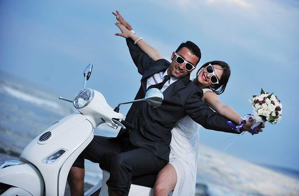 オートバイに乗ってポーズをとる新郎新婦