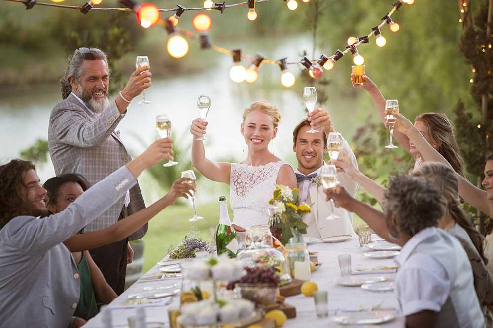 少人数での結婚式で乾杯している様子