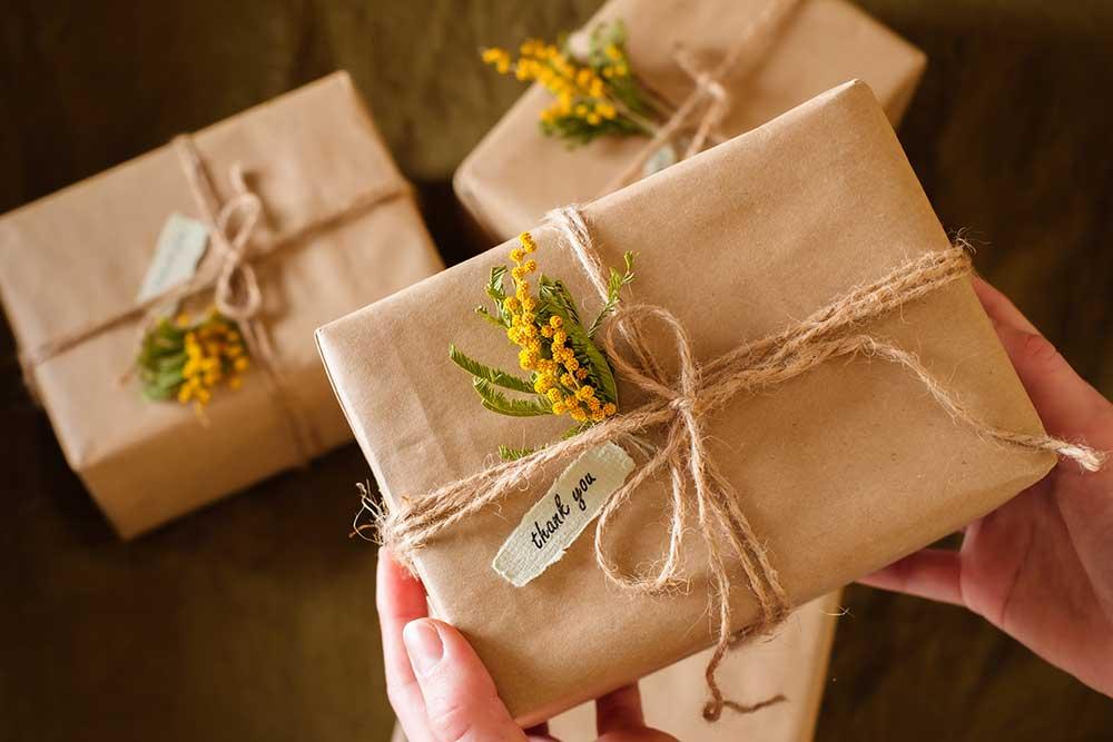 ミモザのお花を添えた感謝の気持ちを伝えるギフト