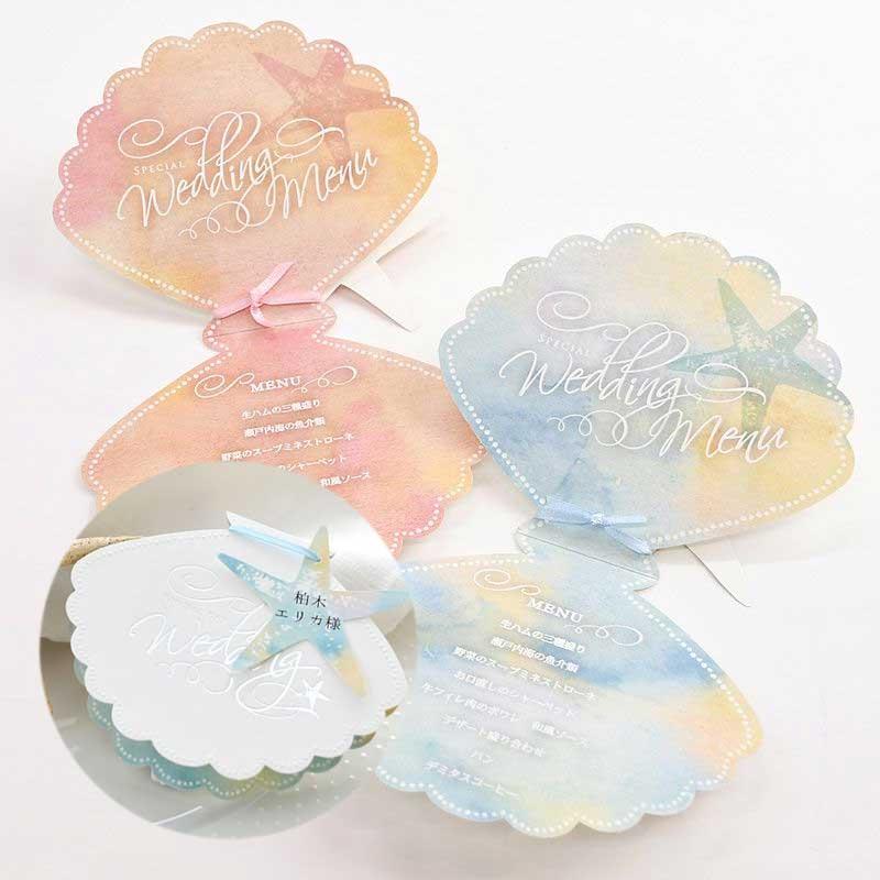 結婚式の席札にメニュー表をプラス。貝をかたどったロマンチックなデザインに人気のヒトデ型のお名前タグをつけて