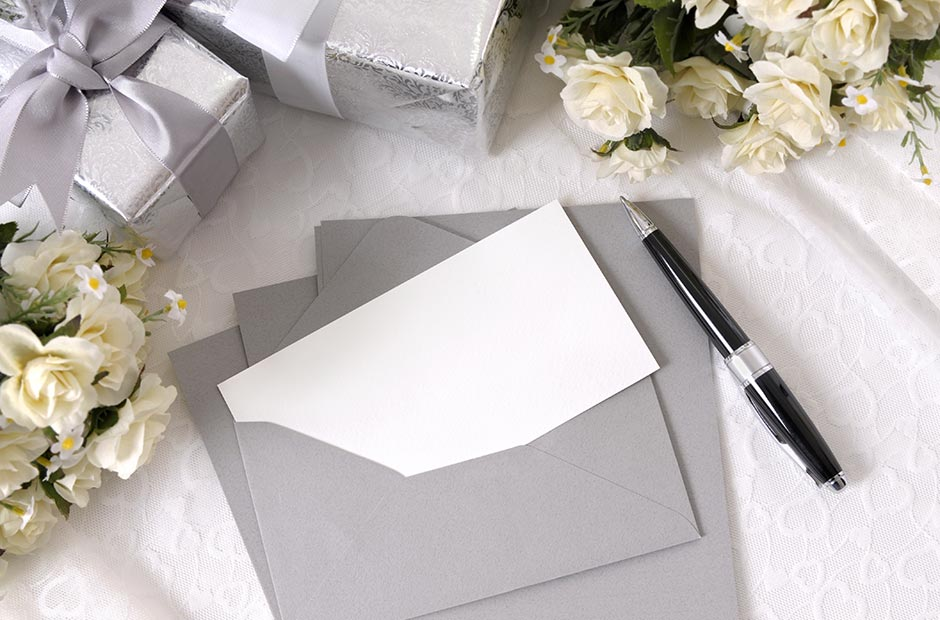 結婚式の新郎の手紙を書くグレーのレターセットと黒いペン