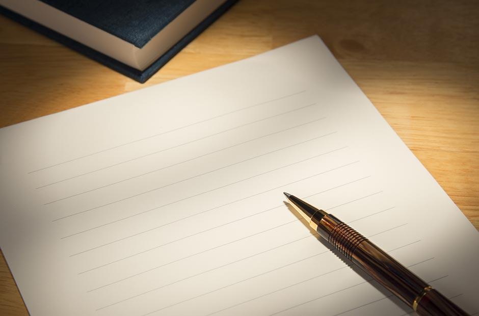 デスクの上にあるレターセットと茶色のペン