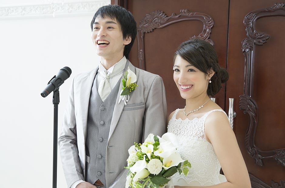 結婚式の披露宴で謝辞スピーチをする新郎