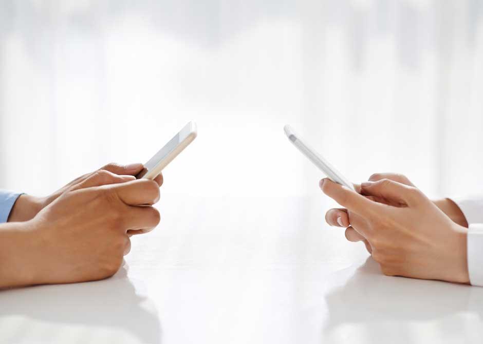 スマホアプリを活用して情報共有するカップル