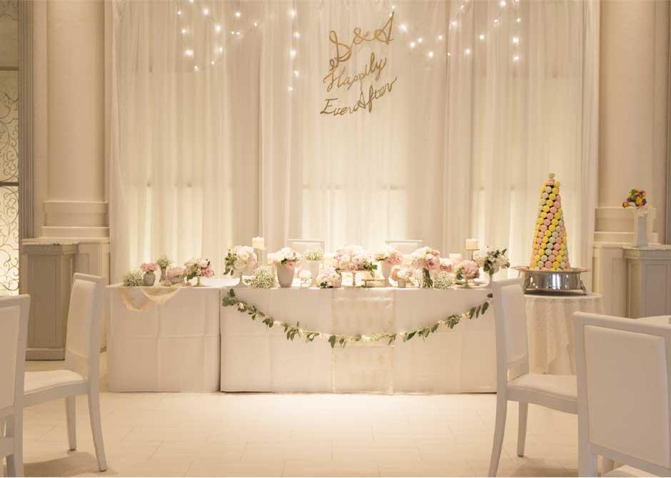 ホワイトを基調にピンクの装花がおしゃれな結婚式場