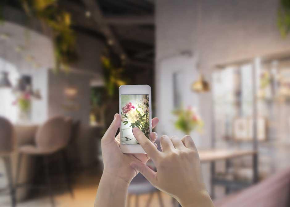 スマホのアプリで画像を編集加工する女性