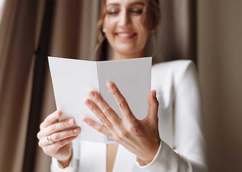 ペーパーアイテムを見て楽しむ結婚式のゲスト