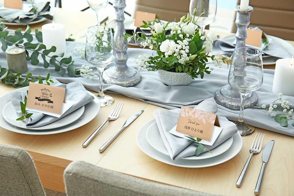 披露宴のテーブルセッティングの様子