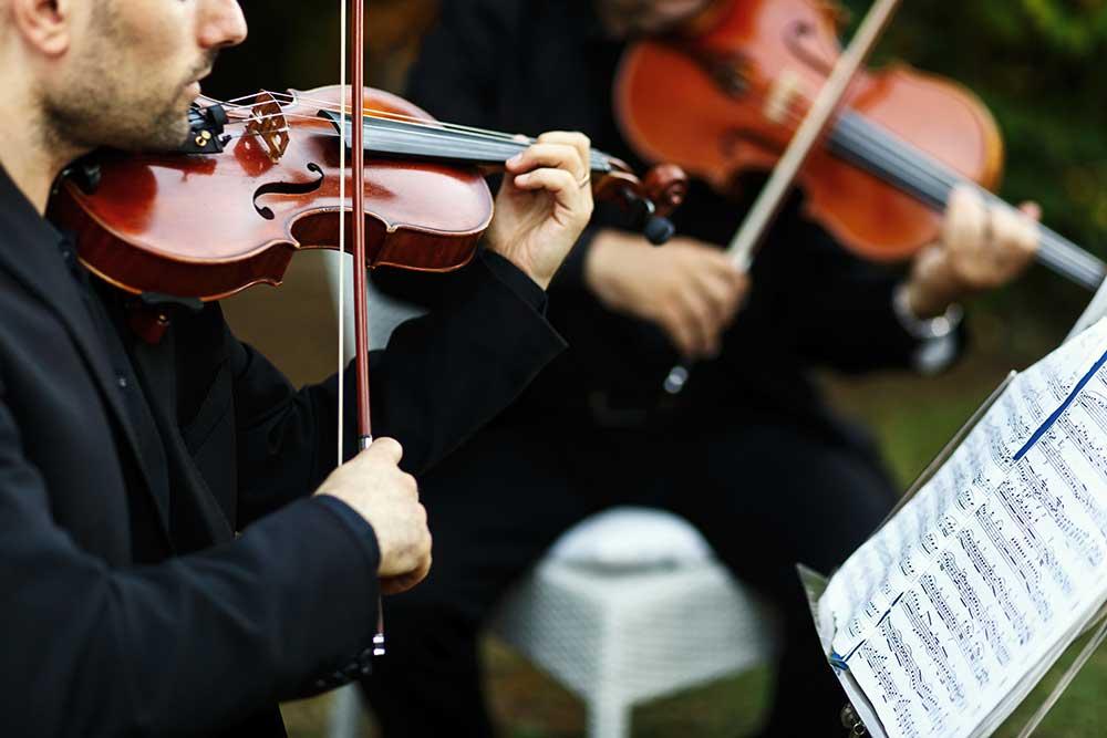 結婚式で楽器の生演奏をする