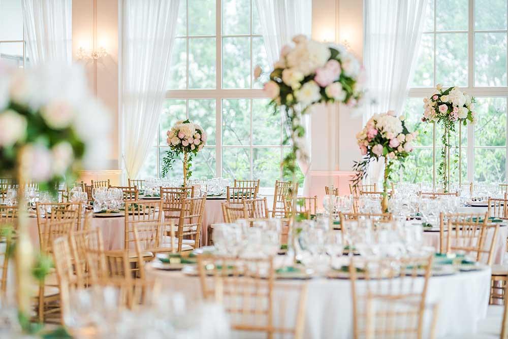 結婚式の披露宴会場の円卓