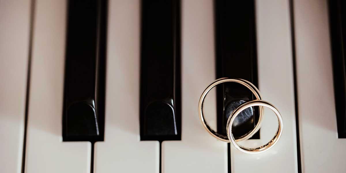 鍵盤の上に結婚指輪がふたつ重なっておかれている