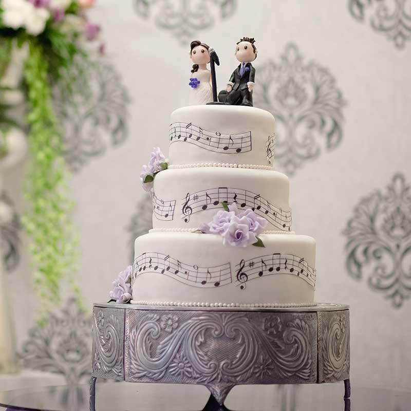 音符がデザインされたウェディングケーキ