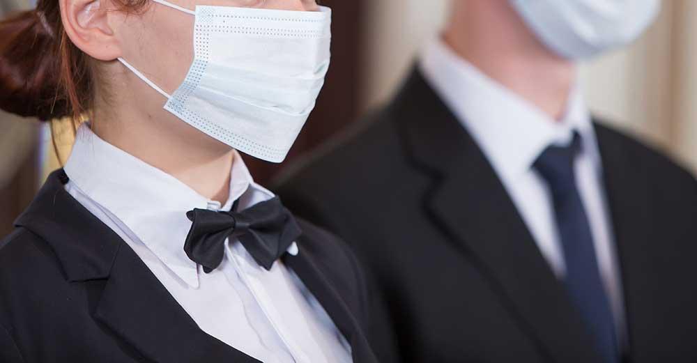 結婚式会場では、スタッフのマスク着用も徹底しているから安心
