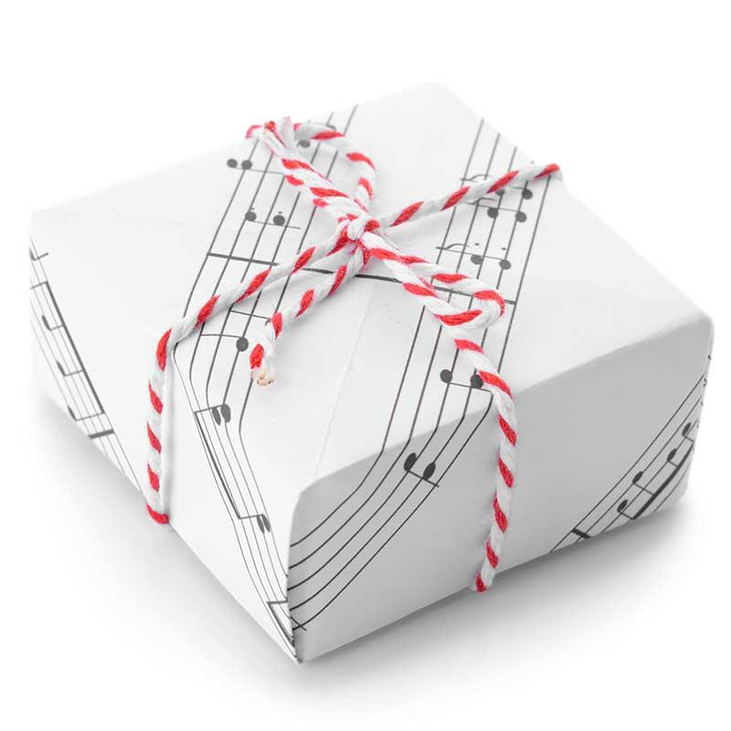 楽譜でラッピングされたプレゼントボックス
