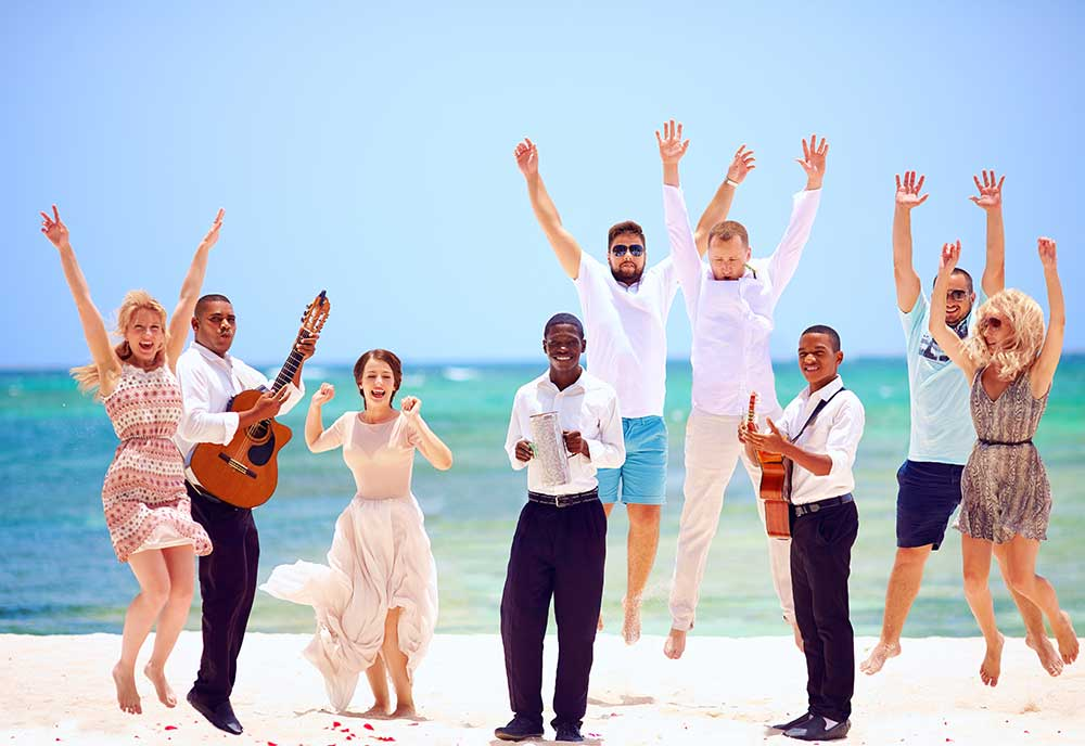 音楽に合わせて楽しそうにジャンプする人々