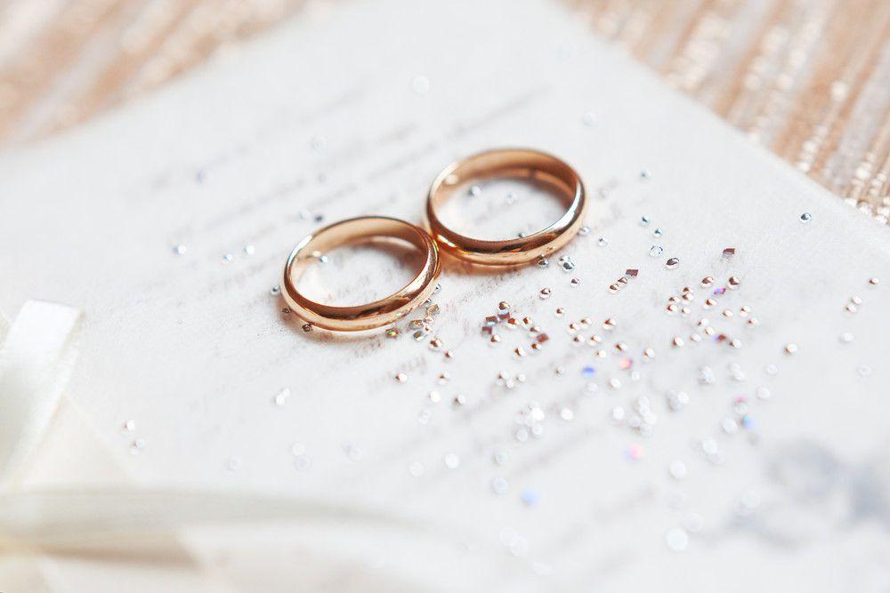 結婚証明書とゴールドのペアリング