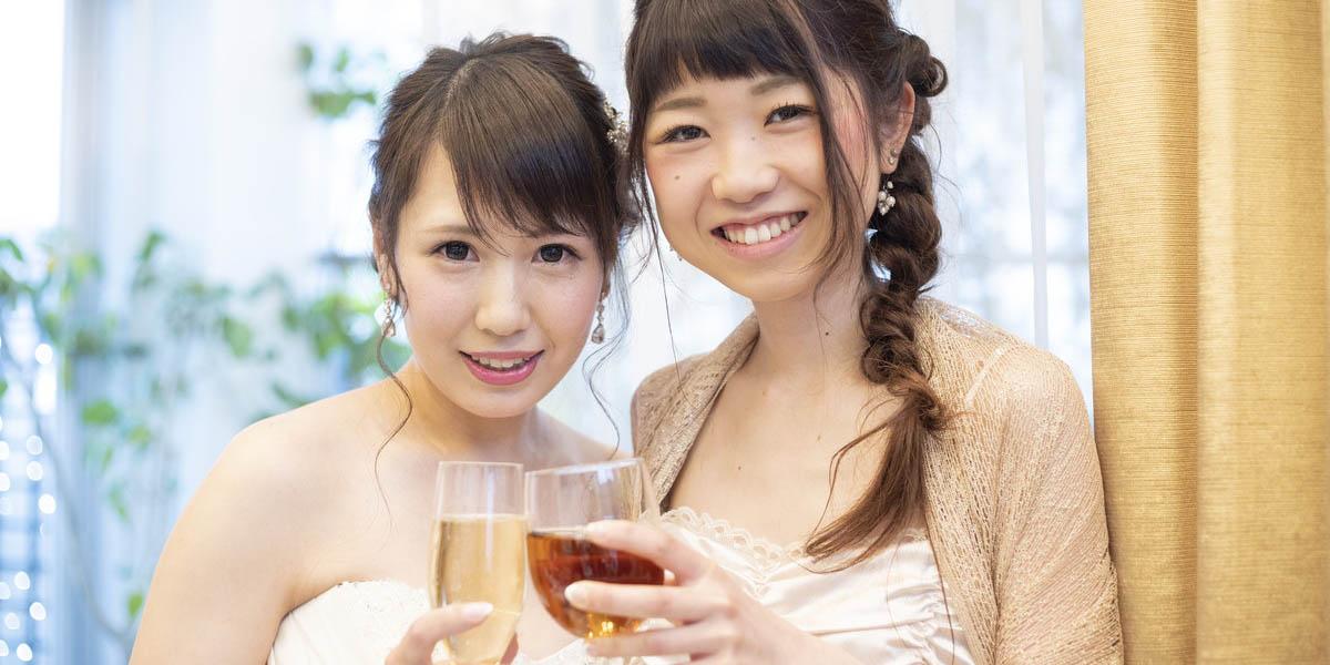 結婚式で友人と乾杯する花嫁
