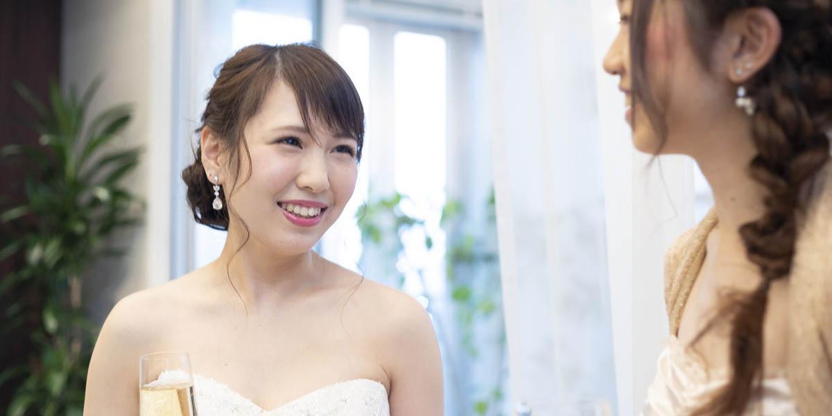 結婚式の披露宴で友人と話をする花嫁