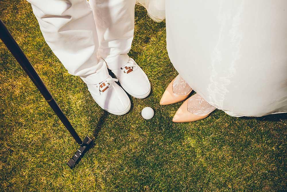 ゴルフアイテムと新郎新婦の足元