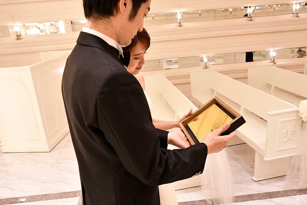 アクリルゴールド結婚証明書を手に持つ新郎新婦