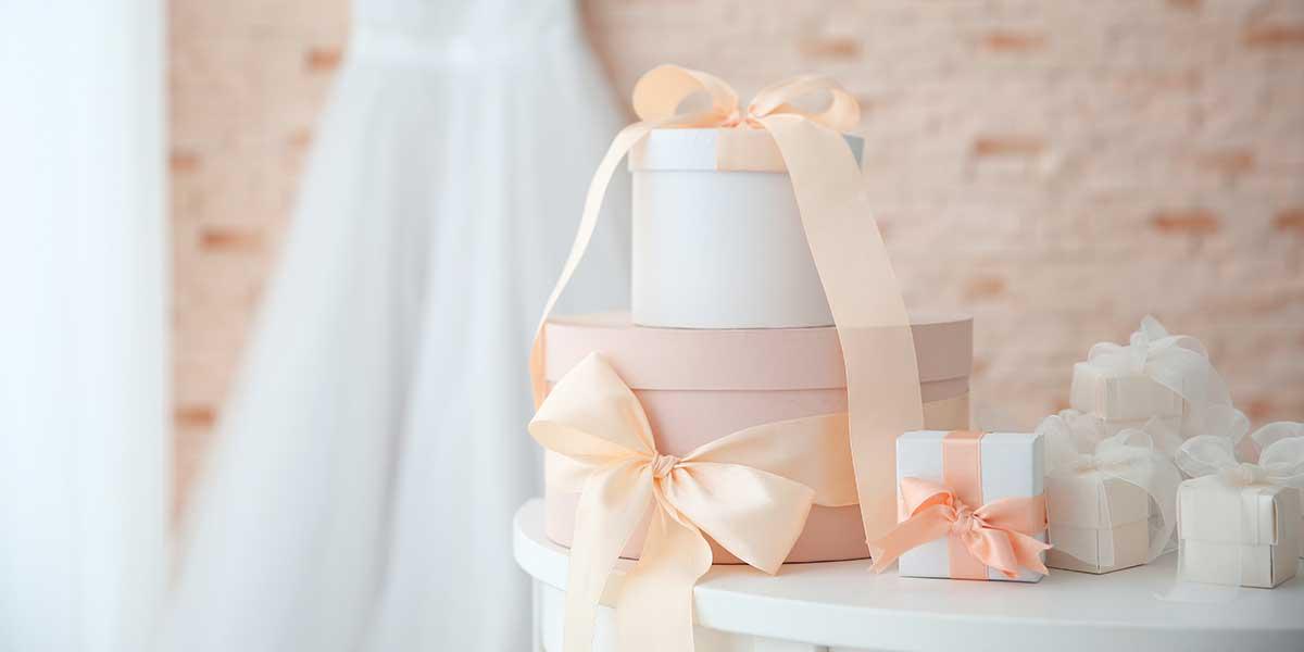 披露宴会場控室にドレスが飾られ机にはサプライズプレゼントが置かれている