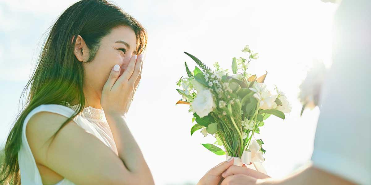 新郎からのサプライズで花束を受け取る花嫁