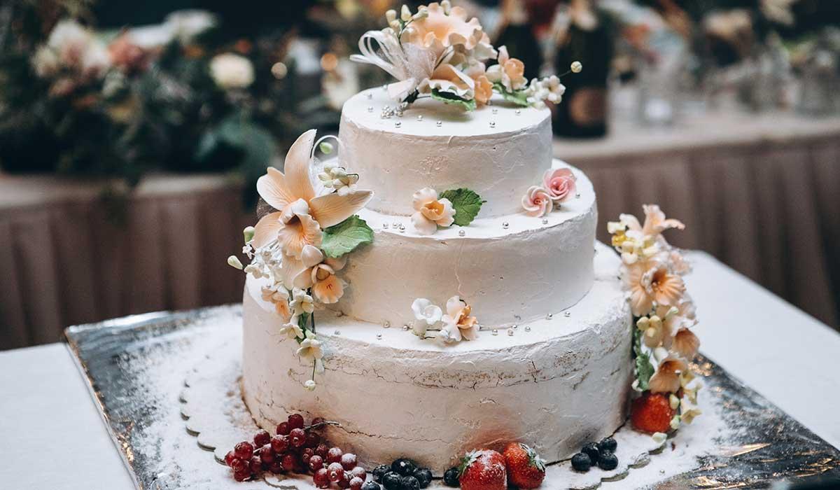 花や果物で装飾されたウェディングケーキ