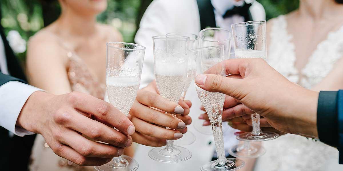 友人たちとシャンパンで乾杯する新郎新婦