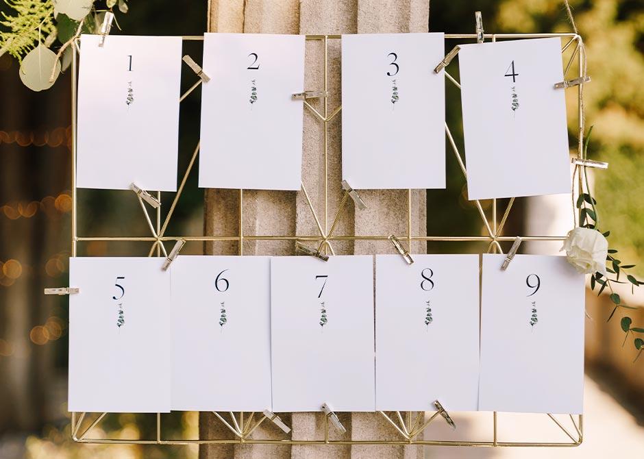 結婚式会場のエントランスに飾られたおしゃれなエスコートカード