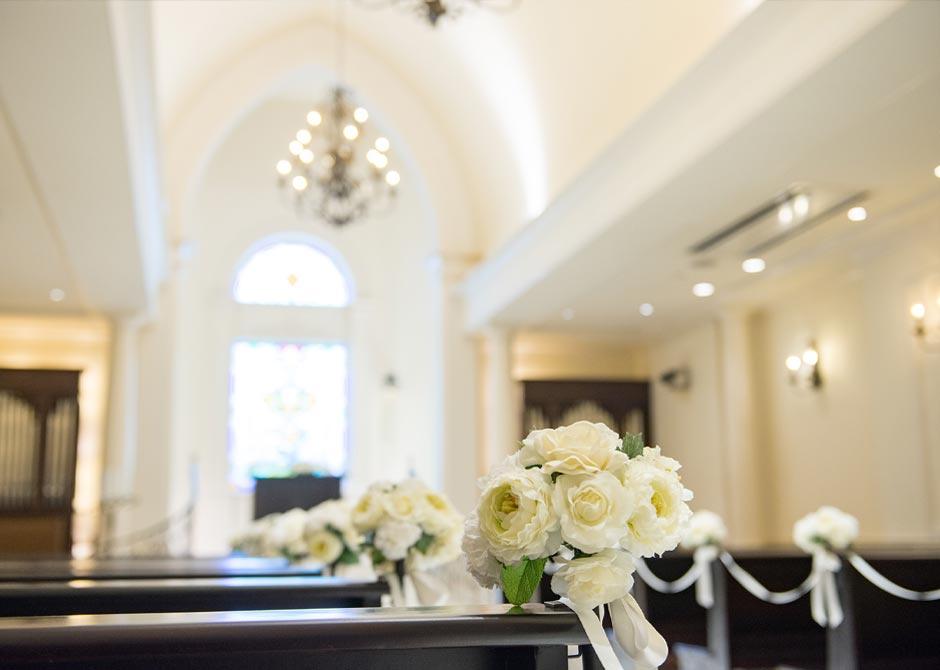 結婚式を行うチャペルと白い花
