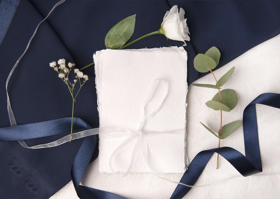 リボンで束ねた風合いのある紙とお花