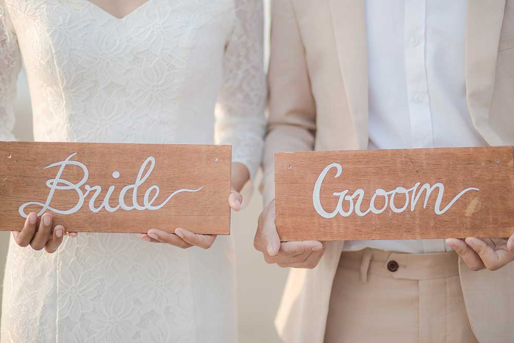 「Groom&Brideサイン」を持つ新郎新婦
