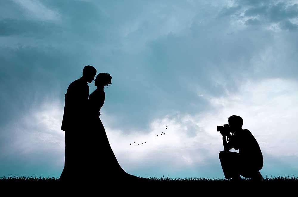 新郎新婦を撮影するカメラマンのシルエットショット