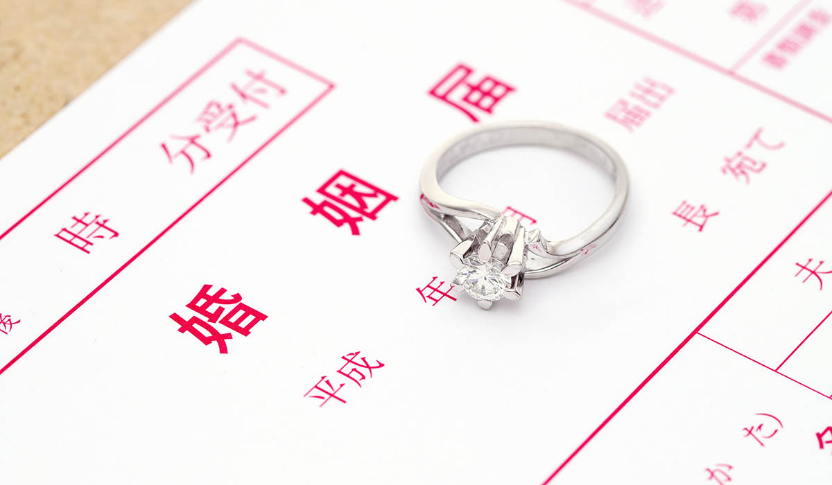 婚姻届けと婚約指輪